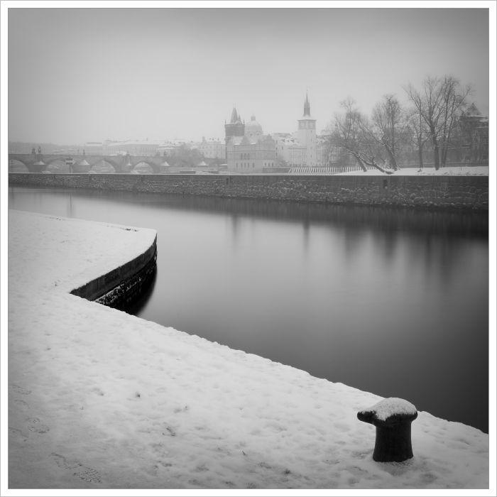 Mrazivé Malostranské nábřeží - fotografický kurz Černobílá romantická Praha