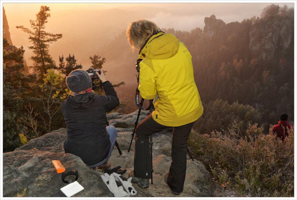 Účastníci fotí na Bastei - fotografický workshop Podzimní Českosaské Švýcarsko