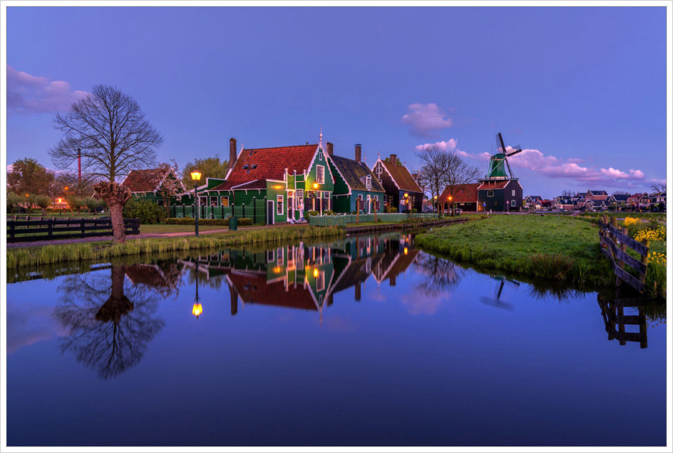 Historické domky uvodního kanálu vZaanse Schans - fotografický workshop Rozkvetlé jarní Holandsko