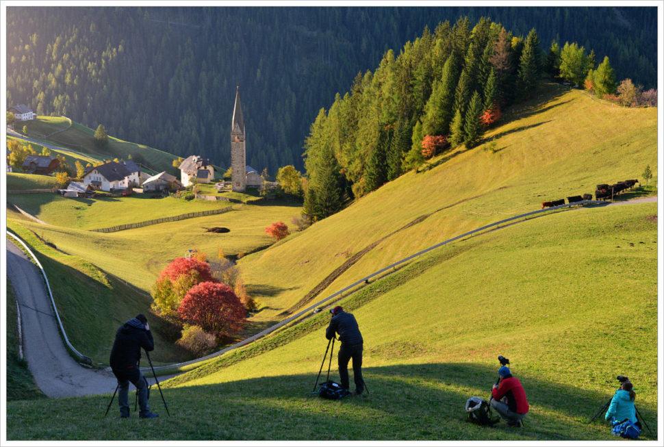 Účastníci workshopu při focení - fotografický workshop Čarovné podzimní Dolomity