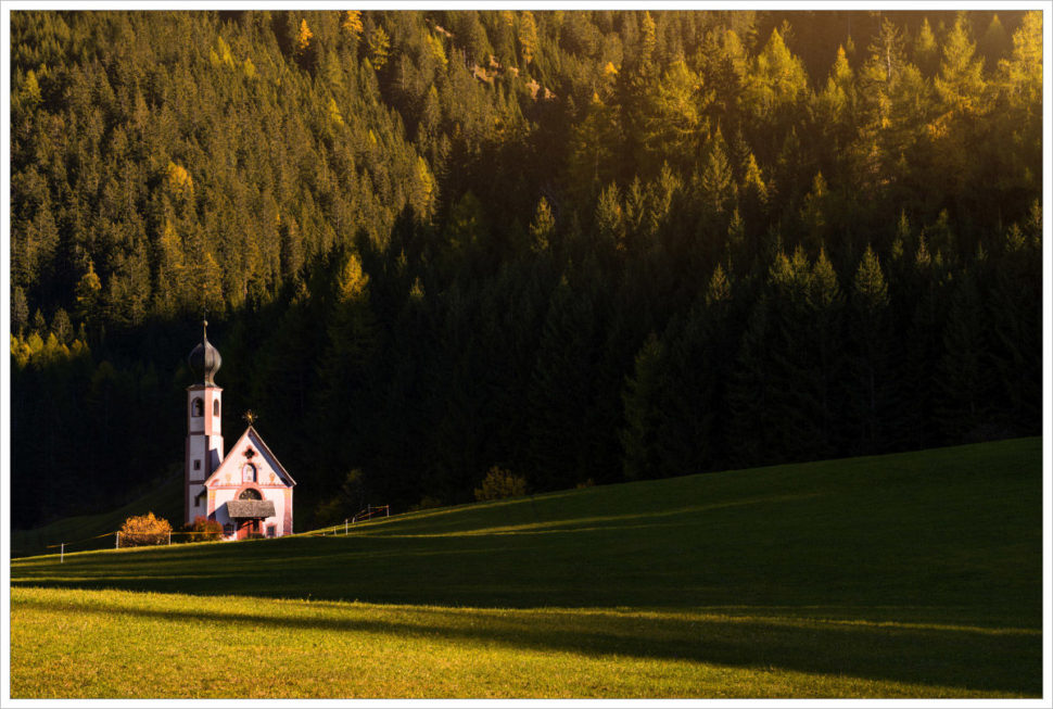 Kostelík ve Val di Funes - fotografický workshop Čarovné podzimní Dolomity