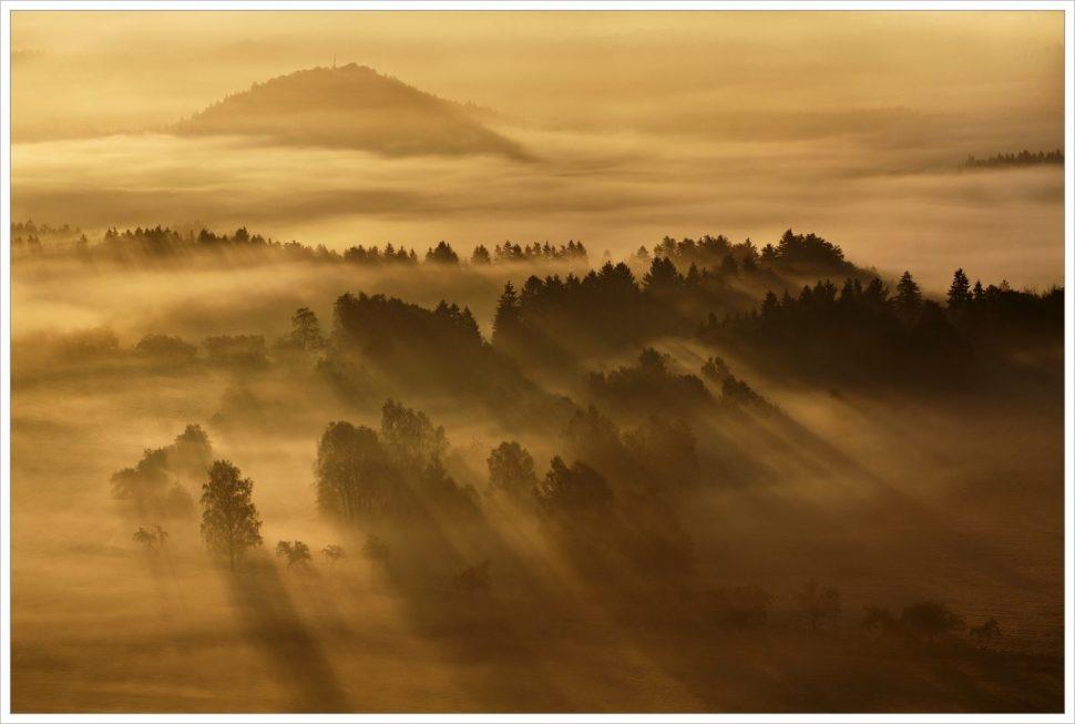 Mlhavé ráno aslunční paprsky - fotografický workshop Podzimní Českosaské Švýcarsko