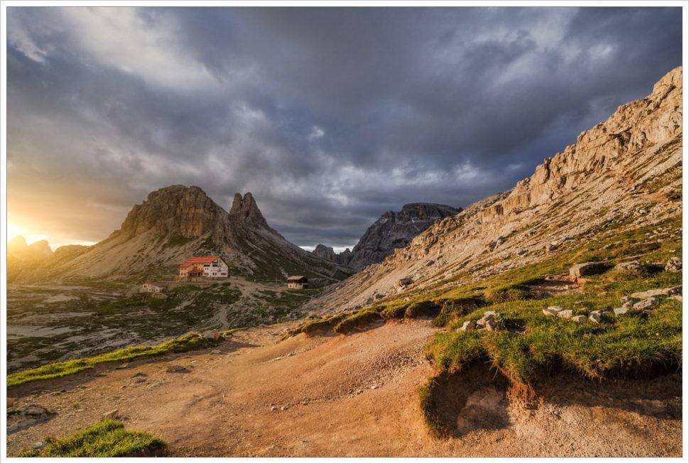 Podvečerní pohled nachatu Rifugio Antonio Locatelli - fotografický workshop Rozkvetlé letní Dolomity
