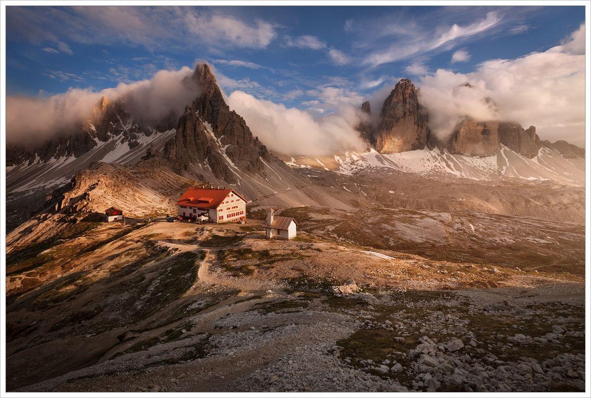 Podvečerní letní pohled naMonte Paterno aTre Cime di Lavaredo schatou Rifugio Antonio Locatelli - fotografický workshop Rozkvetlé letní Dolomity