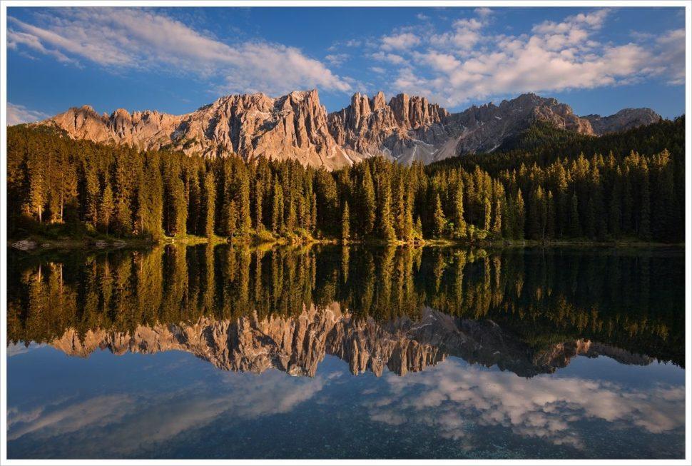Jezero Lago di Carezza se skalním masivem Latemar - fotografický workshop Rozkvetlé letní Dolomity