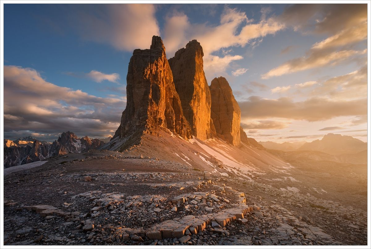 Pohled namonumeltání skalní skupinu Tre Cime di Lavaredo při západu slunce - fotografický workshop Rozkvetlé letní Dolomity