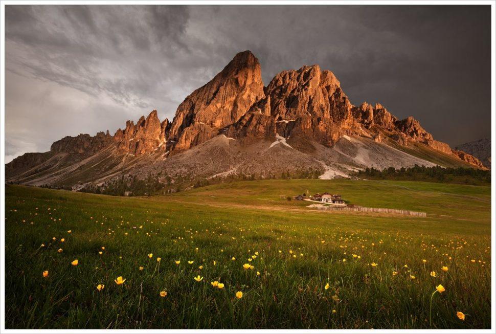 Bouřková atmosféra narozkvetlé louce vprůsmyku Passo Delle Erbe- fotografický workshop Rozkvetlé letní Dolomity