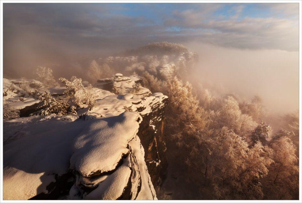 Zimní inverzní podvečer nahlavní vyhlídce vTiských stěnách - fotografický workshop Labské pískovce aKrušné hory