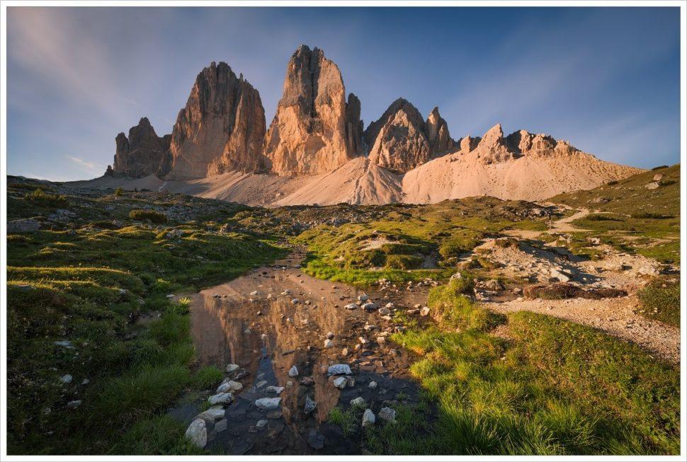 Zrcadlení symbolu Dolomit Tre Cime di Lavaredo ve vodní hladině - fotografický workshop Rozkvetlé letní Dolomity