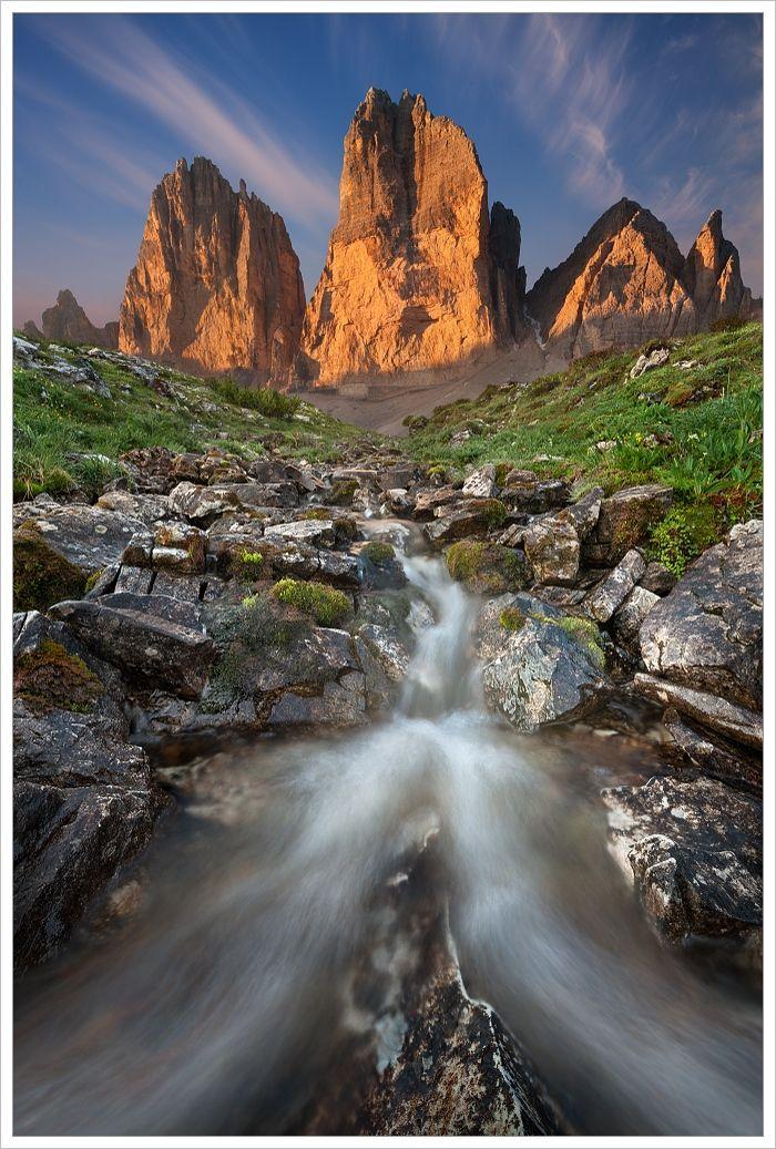 Tre Cime di Lavaredo shorskou bystřinou vpopředí snímku - fotografický workshop Rozkvetlé letní Dolomity