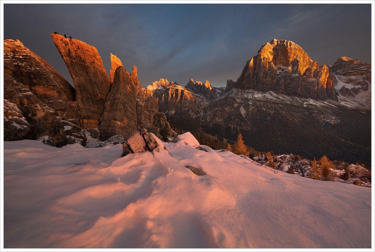 Dolomity-pohled navrchol Tofana di Rozes při východu slunce se sněhem vpopředí