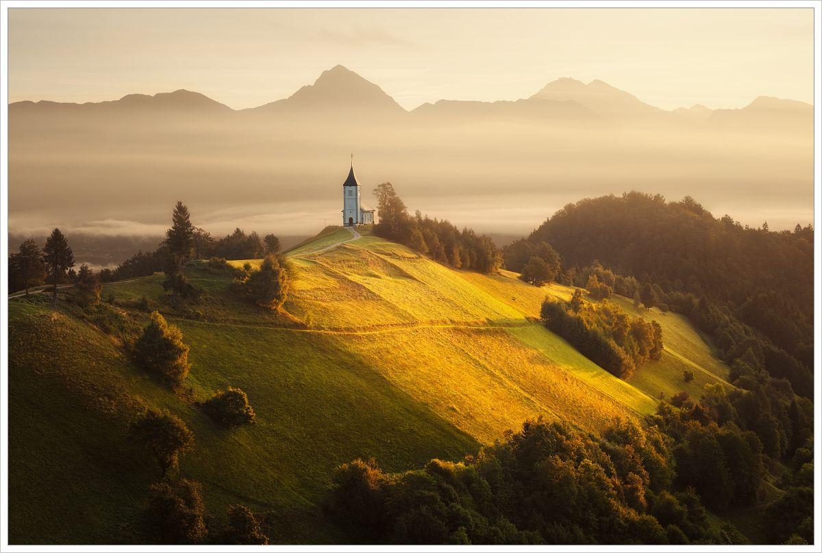 Kostel Jamnik se štíty Julských Alp - fotografický workshop Pohádkové podzimní Slovinsko