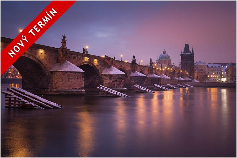 Známý, ale pořád krásný pohled namlhavý asvětly nasvícený Karlův most vhistorické části Prahy
