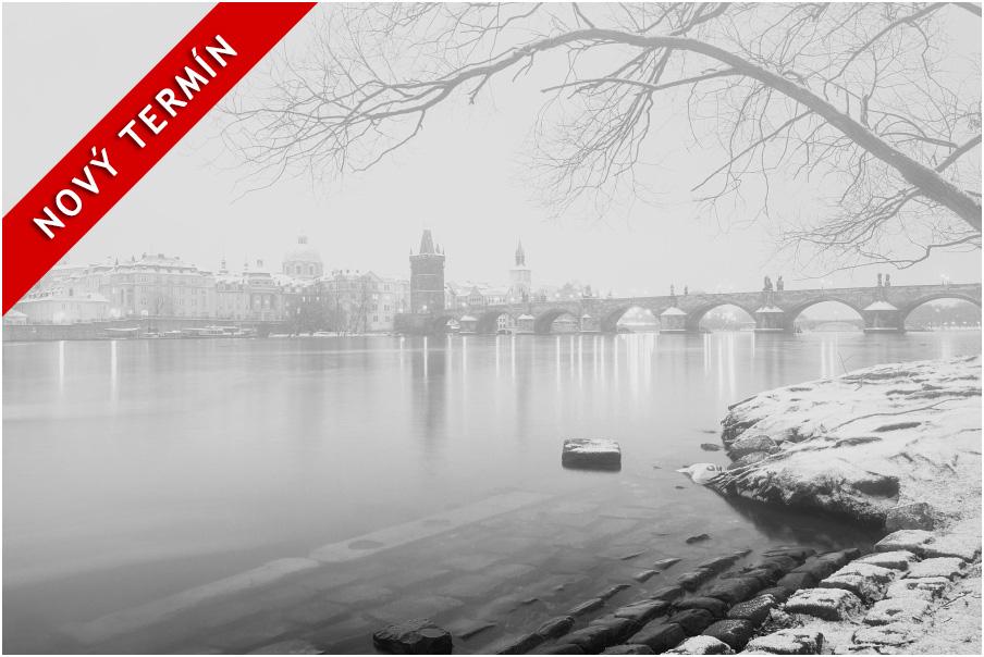 Nabídka fotografických kurzů aneb fotokurz Předvánoční černobílá Praha. Pohled nazasněžený Karlův most focený nadlouhou expozici pomocí ND filtru VFFOTO